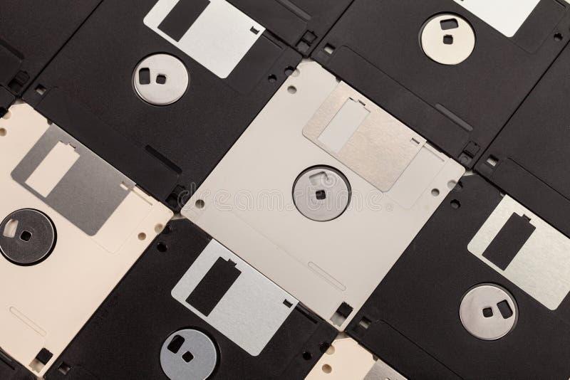 Πλαδαρό υπόβαθρο δισκετών υπολογιστών με τους άσπρους και μαύρους δίσκους στοκ φωτογραφίες