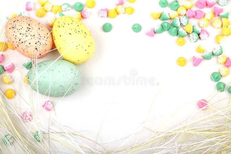 Πλαισιωμένη άχυρο ανασκόπηση αυγών Πάσχας στοκ εικόνες