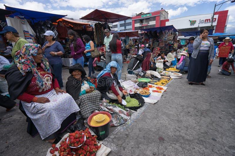 Πλανόδιοι πωλητές σε Otavalo, Ισημερινός στοκ φωτογραφία με δικαίωμα ελεύθερης χρήσης