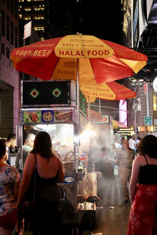 Πλανόδιος πωλητής που πωλεί τα τρόφιμα Halal στη Νέα Υόρκη στοκ φωτογραφία με δικαίωμα ελεύθερης χρήσης