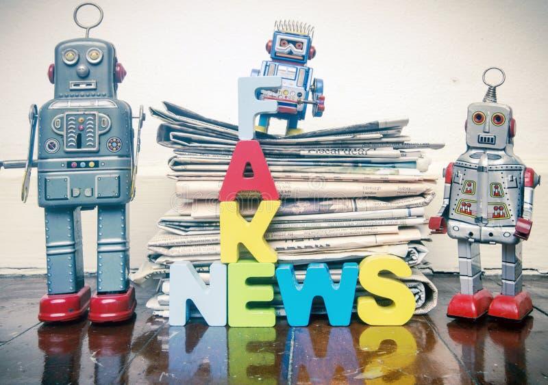 Πλαστά ρομπότ επιστολών νέας έννοιας ξύλινα στοκ εικόνες
