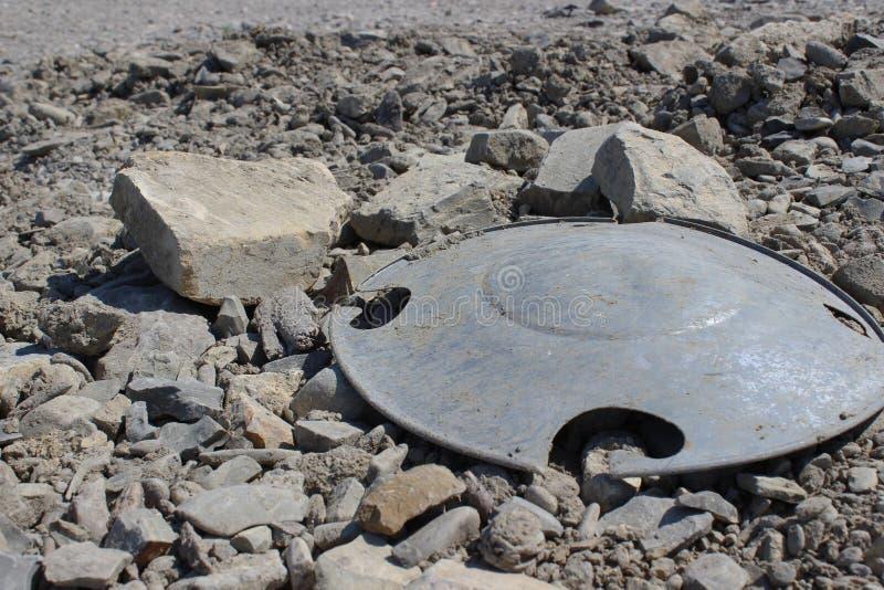 Πλαστικά απορρίμματα κάλυψης στη δύσκολη φύση Ρύπανση του περιβάλλοντος στοκ φωτογραφίες με δικαίωμα ελεύθερης χρήσης