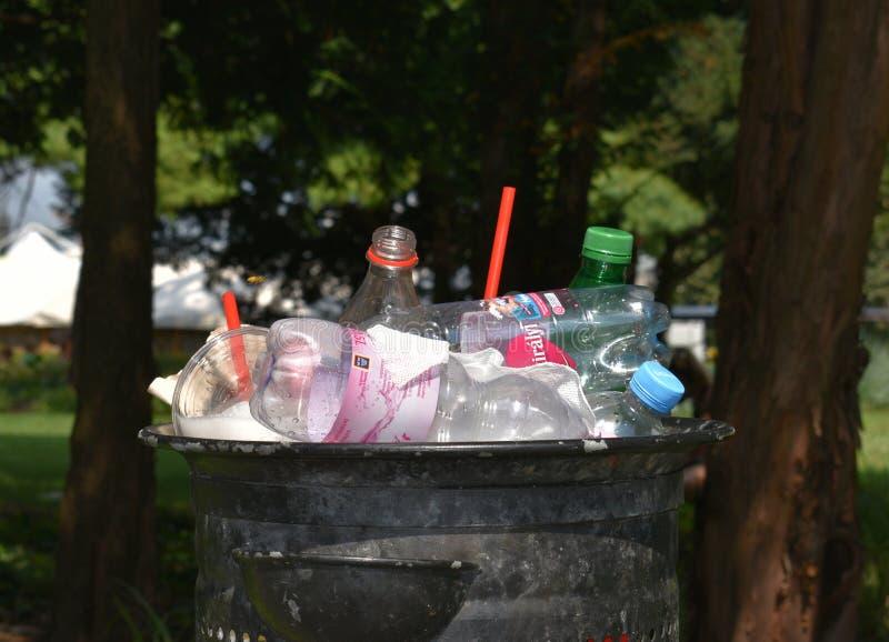 Πλαστικά απόβλητα μιάς χρήσεως στοκ εικόνα