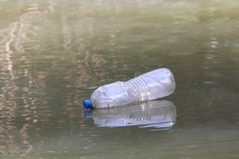 Πλαστικά απόβλητα μπουκαλιών στο βρώμικο, σάπιο νερό επιφάνειας νερού, απόβλητα μπουκαλιών στοκ εικόνες