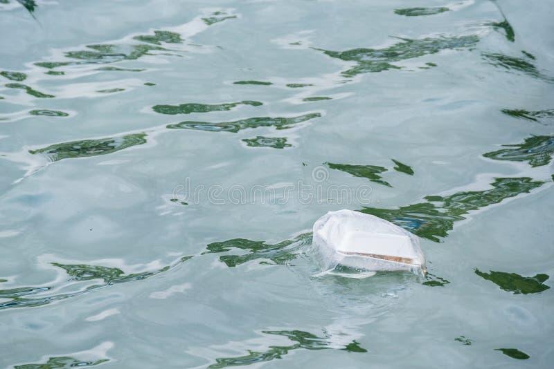 Πλαστικά απόβλητα που επιπλέουν στη θάλασσα στοκ εικόνα