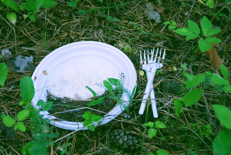 Πλαστικά απόβλητα στο δάσος, τη ρύπανση, τη χωριστές αποκομιδή απορριμάτων και την ανακύκλωση στοκ φωτογραφία