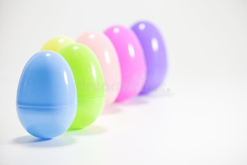 Πλαστικά αυγά Πάσχας στη συλλογή χρωμάτων κρητιδογραφιών στοκ φωτογραφία με δικαίωμα ελεύθερης χρήσης