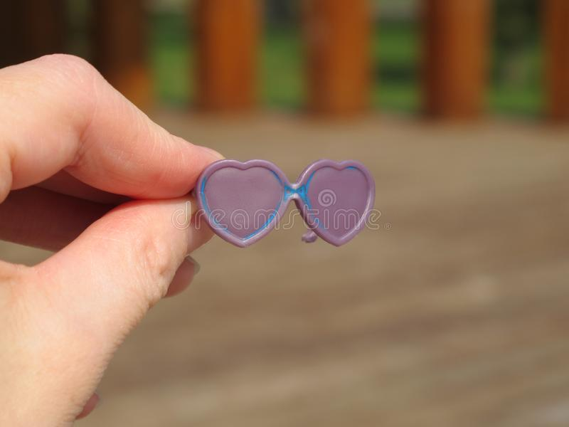 Πλαστικά γυαλιά ηλίου για τις κούκλες Τα γυαλιά παιχνιδιών ένας ενήλικος στοκ εικόνα με δικαίωμα ελεύθερης χρήσης