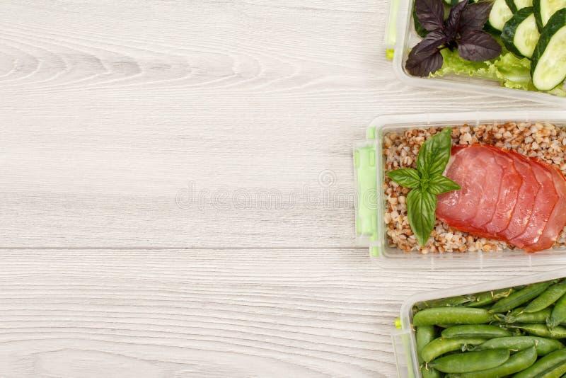 Πλαστικά εμπορευματοκιβώτια προετοιμασιών γεύματος τα φρέσκα πράσινα μπιζέλια, που βράζονται με buckw στοκ εικόνες