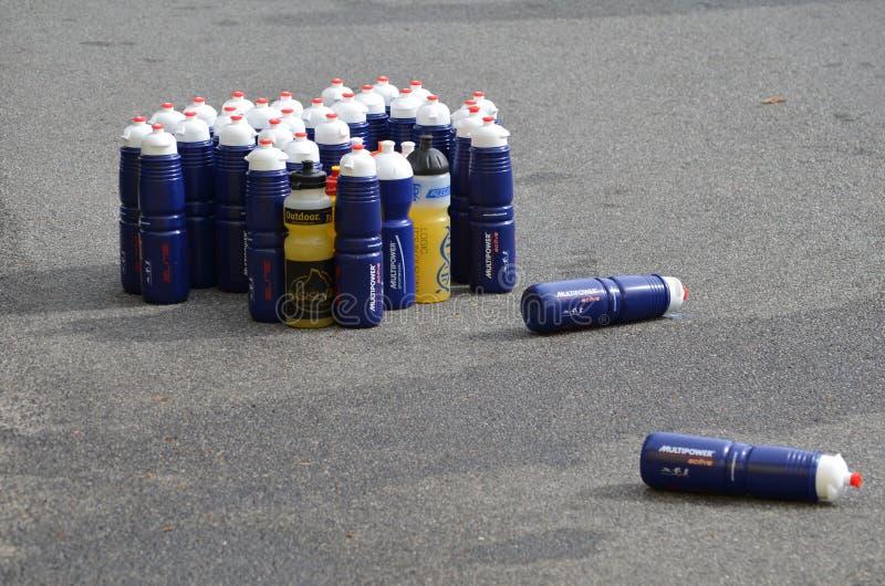 Πλαστικά μπουκάλια με το ενεργειακό ποτό σε ένα triathlon στοκ φωτογραφίες
