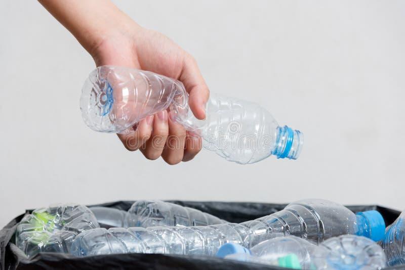 Πλαστικά μπουκάλια στις μαύρες τσάντες απορριμάτων που περιμένουν να ληφθεί για να ανακυκλώσει στοκ εικόνες