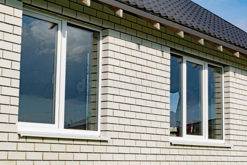 Πλαστικά παράθυρα στο νέο σπίτι στοκ εικόνες