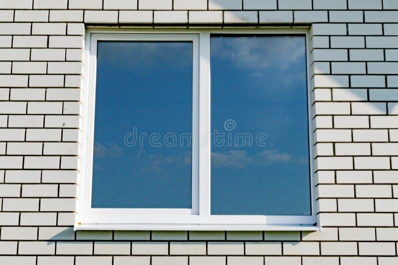 Πλαστικά παράθυρα στο νέο σπίτι στοκ εικόνα