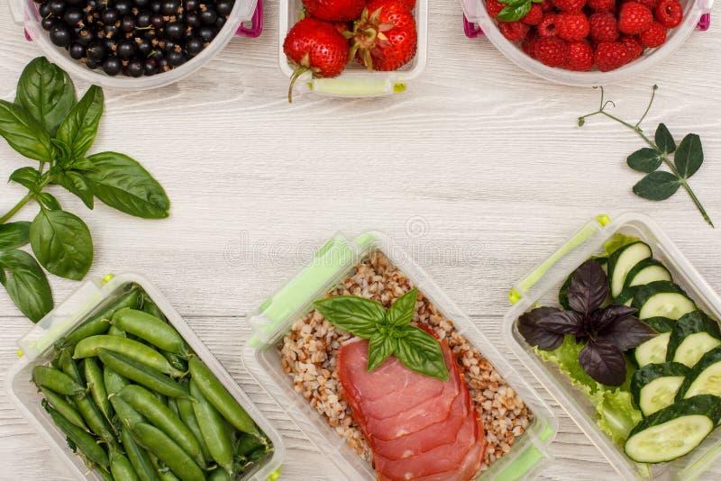 Πλαστικά πράσινα μπιζέλια εμπορευματοκιβωτίων προετοιμασιών γεύματος, με το βρασμένο φαγόπυρο π στοκ εικόνες
