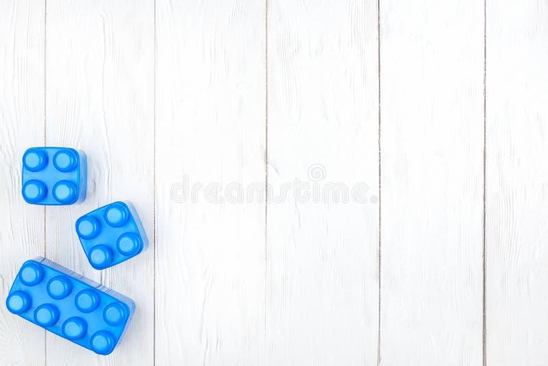 Πλαστικές δομικές μονάδες παιδιών Επίπεδος βάλτε στο ξύλινο backgroun στοκ φωτογραφίες