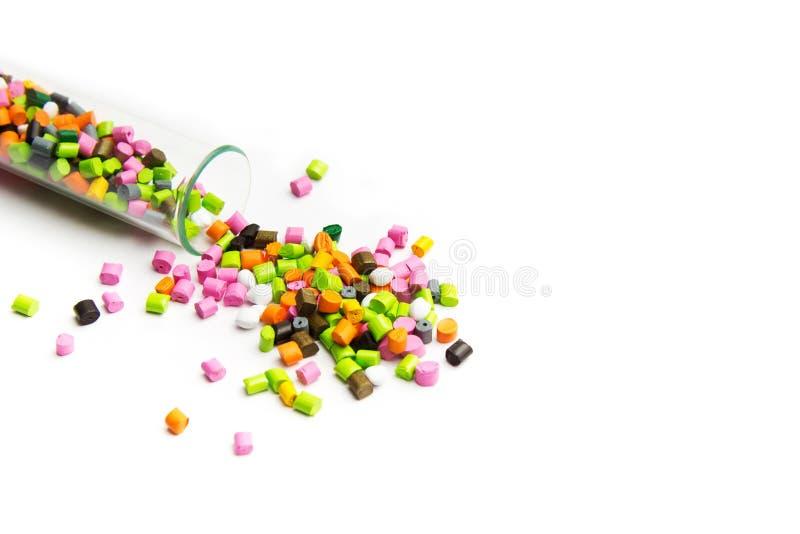 Πλαστικές παλέτες Πολύχρωμοι πλαστικοί κόκκοι Πλαστικές πρώτες ύλες στους κόκκους για τη βιομηχανία Πολυμερής χρωστική ουσία στοκ εικόνα με δικαίωμα ελεύθερης χρήσης