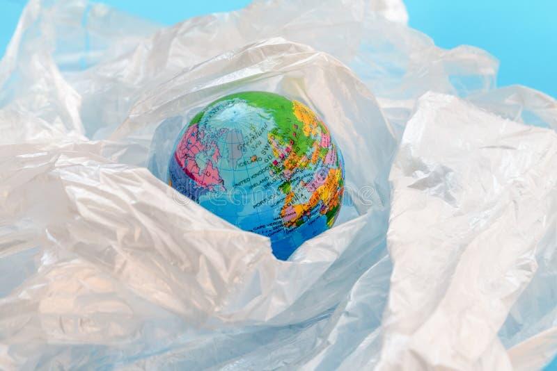 Πλαστική έννοια ρύπανσης με το πλανήτη Γη που επιπλέει στις πλαστικές τσάντες στοκ φωτογραφίες με δικαίωμα ελεύθερης χρήσης