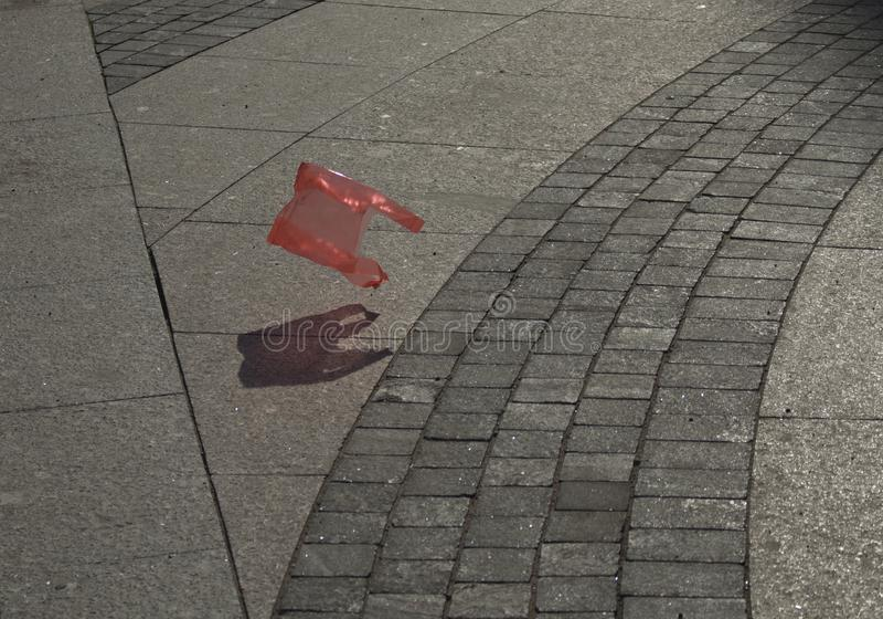 Πλαστική κόκκινη τσάντα απορριμάτων στοκ φωτογραφία με δικαίωμα ελεύθερης χρήσης