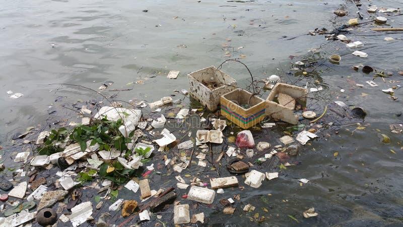Πλαστική ρύπανση στο νερό στοκ φωτογραφία