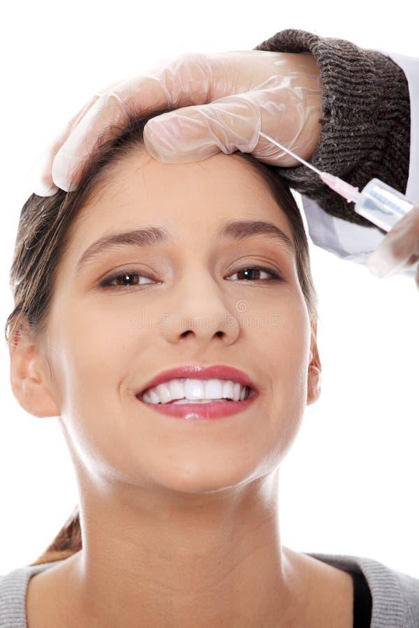 Πλαστικοί χειρούργοι που δίνουν botox την έγχυση στοκ εικόνα με δικαίωμα ελεύθερης χρήσης
