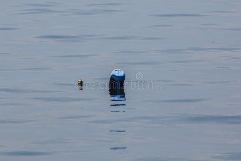 Πλαστικός σημαντήρας που επιπλέει πάνω από το νερό στοκ εικόνες με δικαίωμα ελεύθερης χρήσης