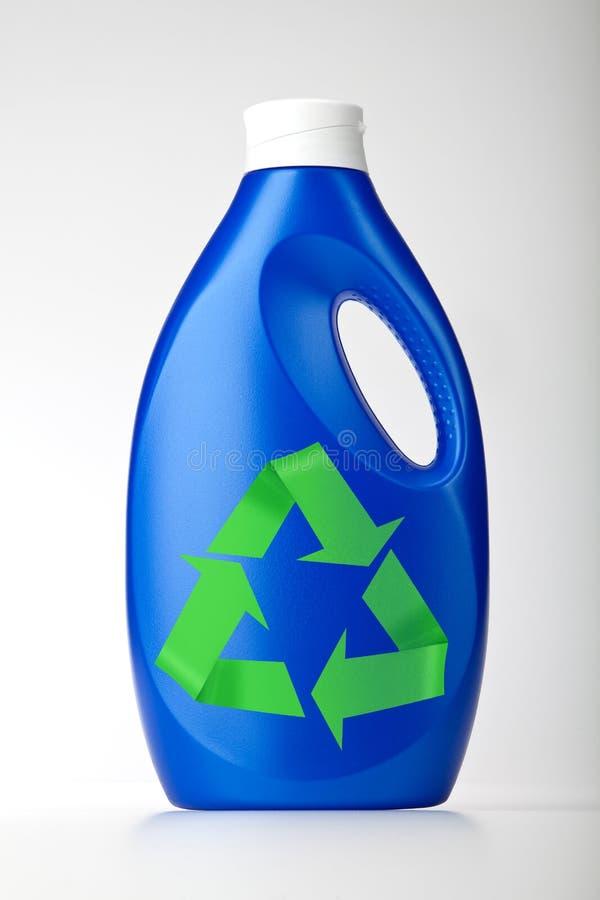 πλαστικό ανακύκλωσης λευκό συμβόλων μπουκαλιών στοκ εικόνα με δικαίωμα ελεύθερης χρήσης
