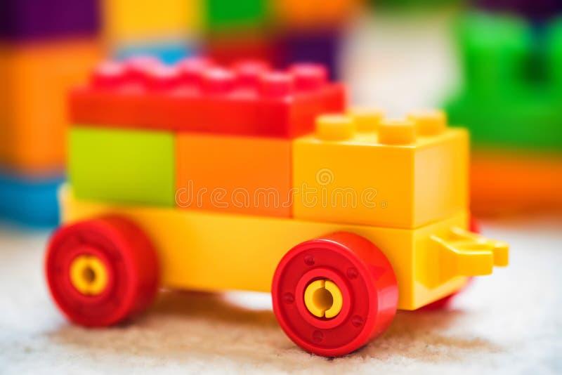 Πλαστικό αυτοκίνητο παιχνιδιών φιαγμένο από δομικές μονάδες στοκ εικόνα με δικαίωμα ελεύθερης χρήσης