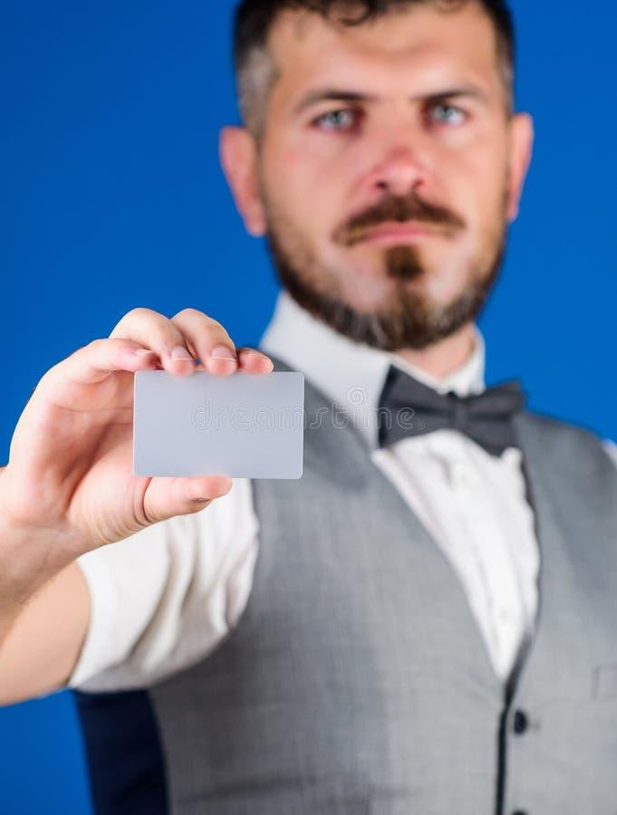 Πλαστικό διάστημα αντιγράφων τραπεζικών καρτών Εύκολη πίστωση χρημάτων Ατόμων γενειοφόρο hipster μπλε υπόβαθρο καρτών λαβής κενό  στοκ εικόνες