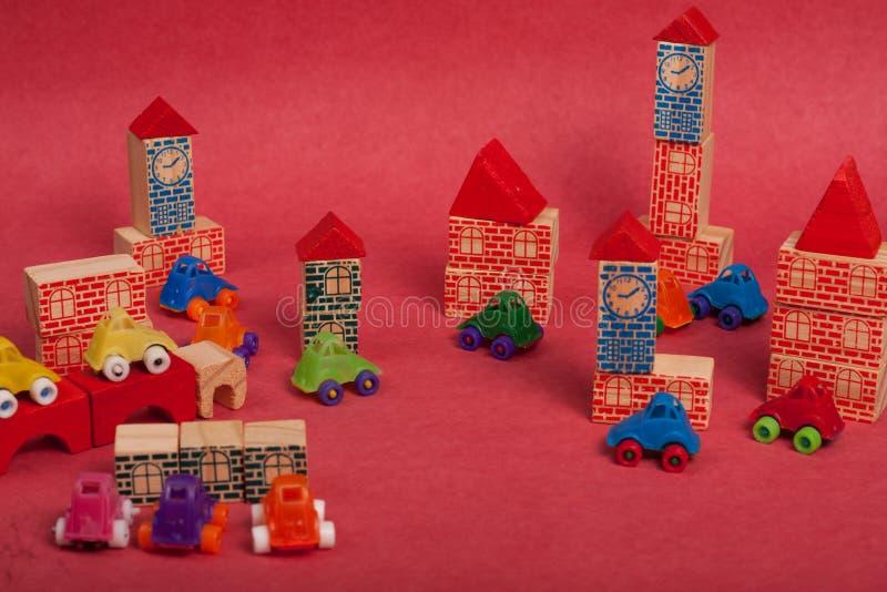 Πλαστικό και ξύλινο παιχνίδι αυτοκινήτων παιχνιδιών στοκ φωτογραφίες