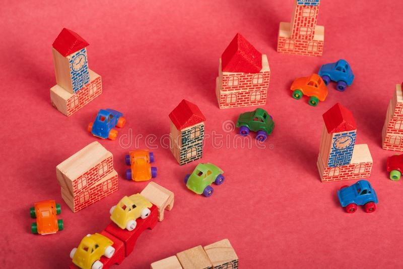 Πλαστικό και ξύλινο παιχνίδι αυτοκινήτων παιχνιδιών στοκ φωτογραφία με δικαίωμα ελεύθερης χρήσης