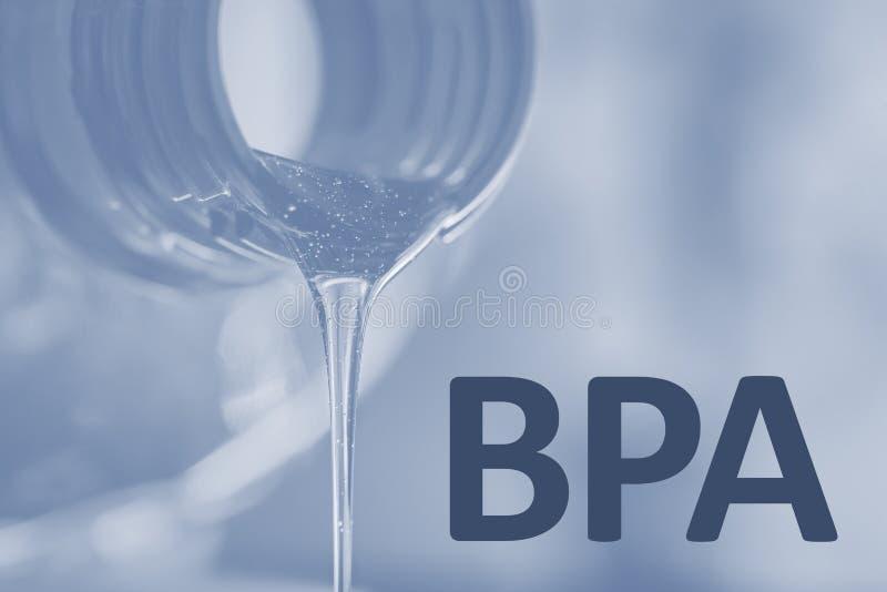 Πλαστικό μπουκάλι και υγρό ρεύμα Bisphenol, ΕΛΕΎΘΕΡΗ πλαστική φωτογραφία κειμένων BPA στοκ φωτογραφία με δικαίωμα ελεύθερης χρήσης