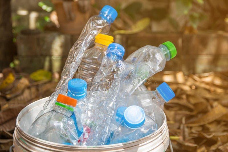 πλαστικό μπουκάλι με τα καλύμματα για τα ανακύκλωσης απόβλητα, μέρος του μπουκαλιού νερό W στοκ εικόνα