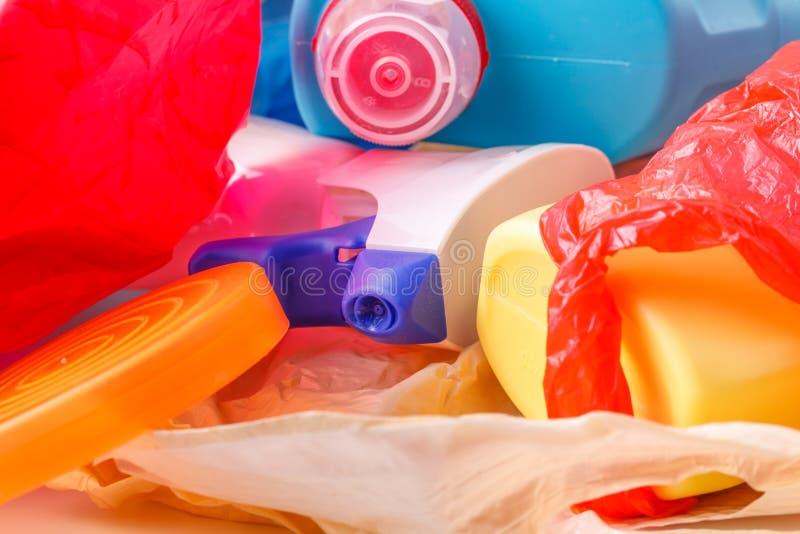 Πλαστικό μπουκάλι στο ανακύκλωσης δοχείο, έννοια διαχείρησης αποβλήτων στοκ φωτογραφίες με δικαίωμα ελεύθερης χρήσης