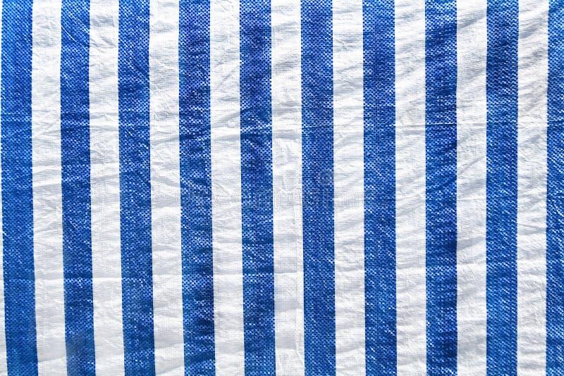 Πλαστικό υλικό στα άσπρα και μπλε λωρίδες στοκ εικόνα με δικαίωμα ελεύθερης χρήσης