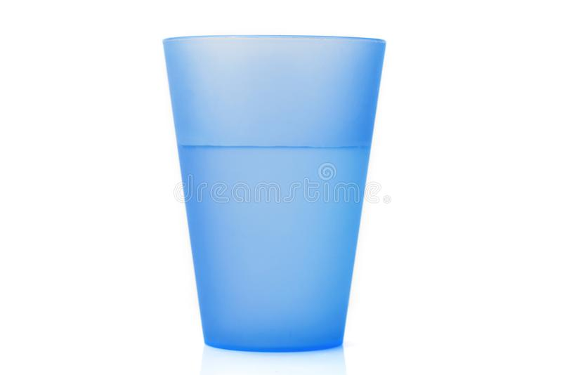 Πλαστικό φλυτζάνι με το νερό στοκ εικόνες