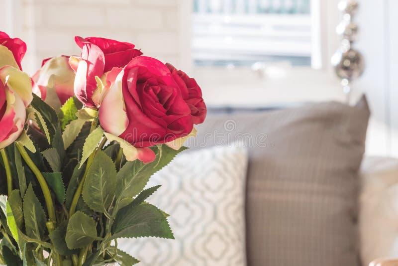 Πλαστός κόκκινος κινηματογραφήσεων σε πρώτο πλάνο αυξήθηκε λουλούδια στο θολωμένο υπόβαθρο άποψης δωματίων στοκ εικόνες