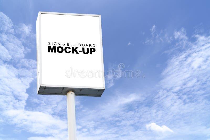 Πλαστό επάνω άσπρο κιβώτιο για τη διαφήμιση στον υψηλό πόλο στοκ φωτογραφίες με δικαίωμα ελεύθερης χρήσης