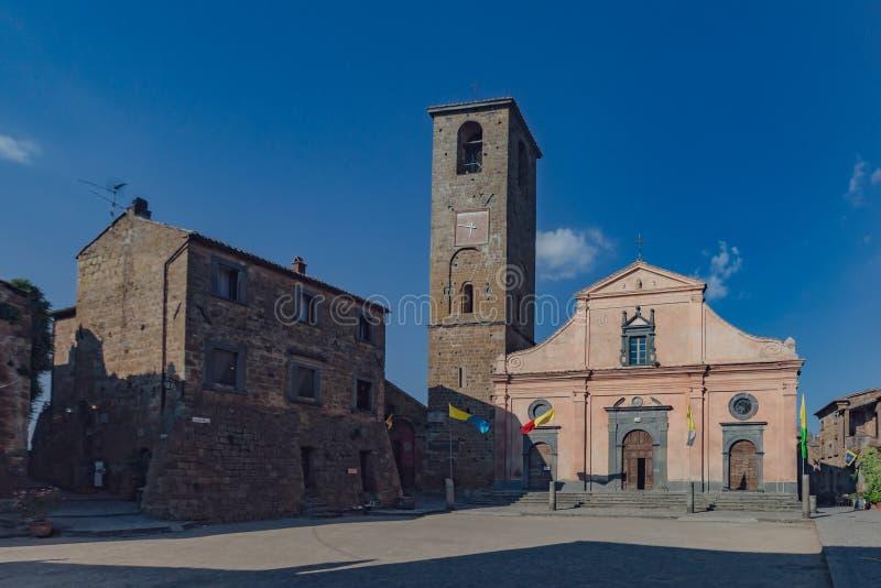 Πλατεία της πόλης και εκκλησία Civita Di Bagnoregio, Ιταλία στοκ εικόνες