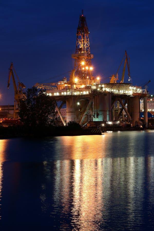 Πλατφόρμα διατρήσεων στο ναυπηγείο στοκ εικόνα με δικαίωμα ελεύθερης χρήσης
