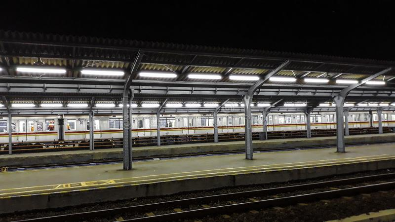Πλατφόρμα επιβατών τη νύχτα στο σταθμό τρένου πόλεων της Τζακάρτα Σταθμός τρένου τη νύχτα στοκ φωτογραφία με δικαίωμα ελεύθερης χρήσης