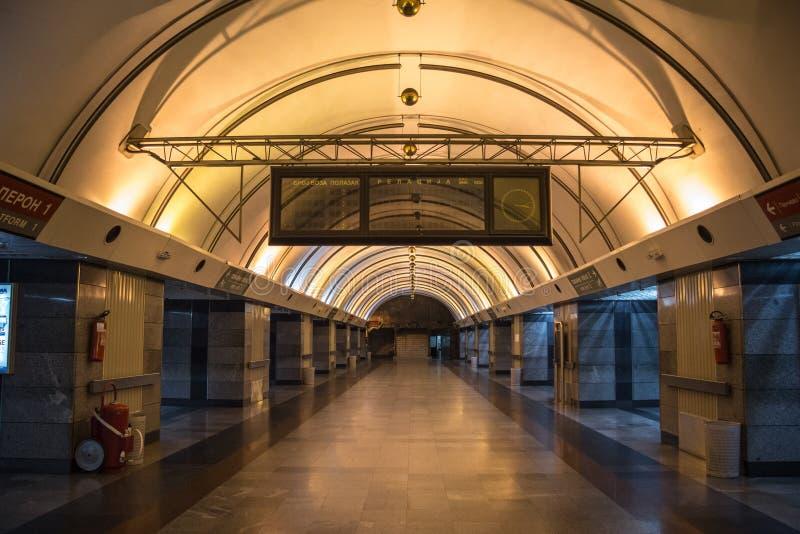 Πλατφόρμα και πίνακας αναχωρήσεων του σταθμού τρένου Vukov Spomenik, ένας προαστιακός και αστικός υπόγειος σιδηροδρομικός σταθμός στοκ φωτογραφία με δικαίωμα ελεύθερης χρήσης