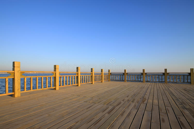 Πλατφόρμα παρατήρησης από τη λίμνη κάτω από το μπλε ουρανό στοκ φωτογραφίες