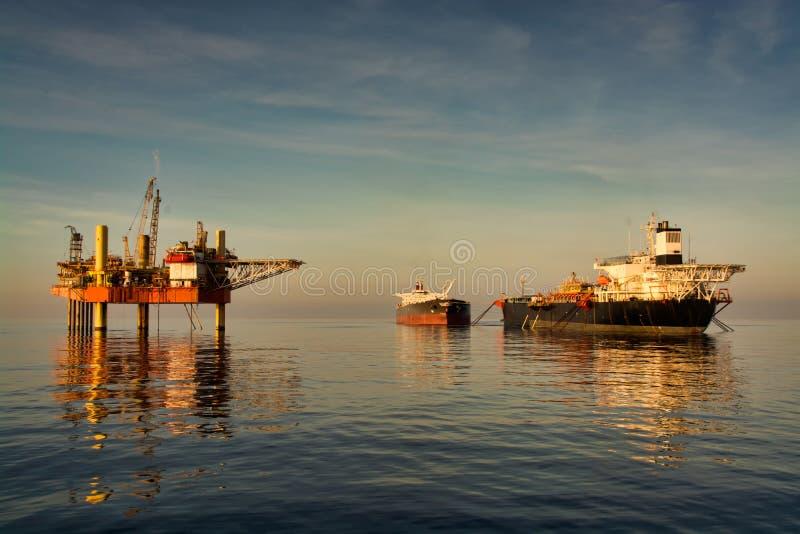 Πλατφόρμα πετρελαίου με τις επιπλέουσες αποθήκες παραγωγής και το ξεφόρτωμα FPSO στοκ εικόνα