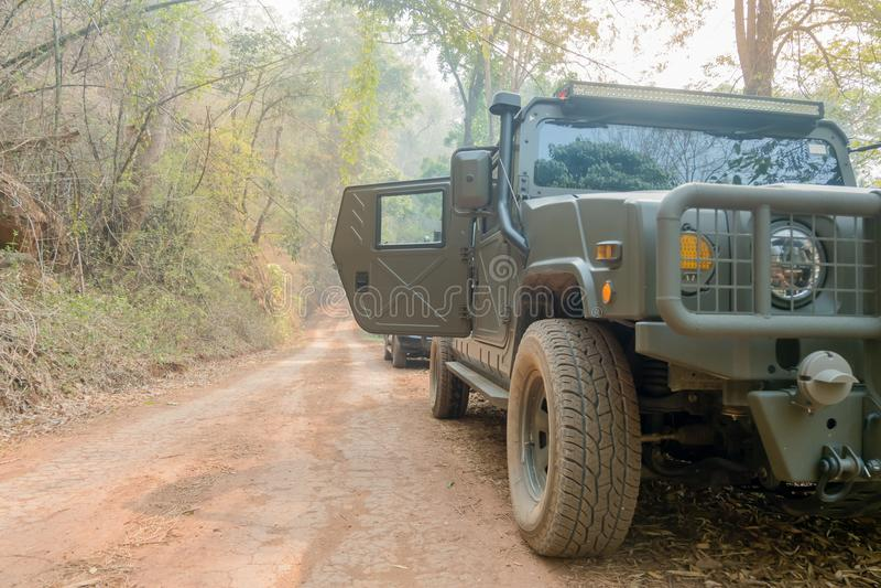 Πλαϊνές ρόδες αυτοκινήτων σε έναν lateritic εδαφολογικό δρόμο στοκ εικόνα