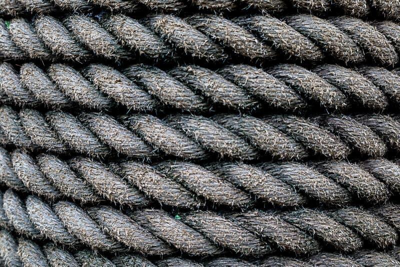 Πλεγμένο βιομηχανικό υπόβαθρο σχοινιών Οφείλεται υγρός στη βροχή στοκ φωτογραφίες με δικαίωμα ελεύθερης χρήσης