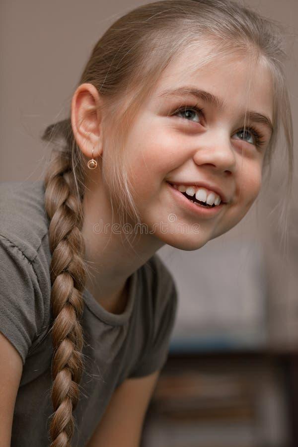πλεγμένο χαμόγελο τριχώματος κοριτσιών στοκ εικόνα
