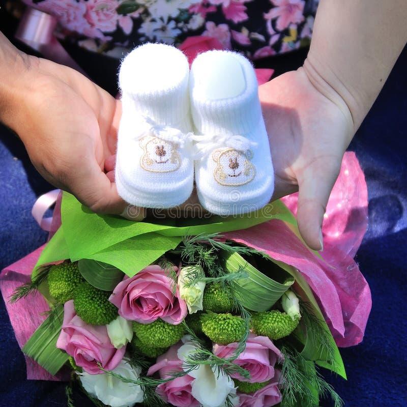 πλεκτά μωρό παπούτσια στοκ φωτογραφία