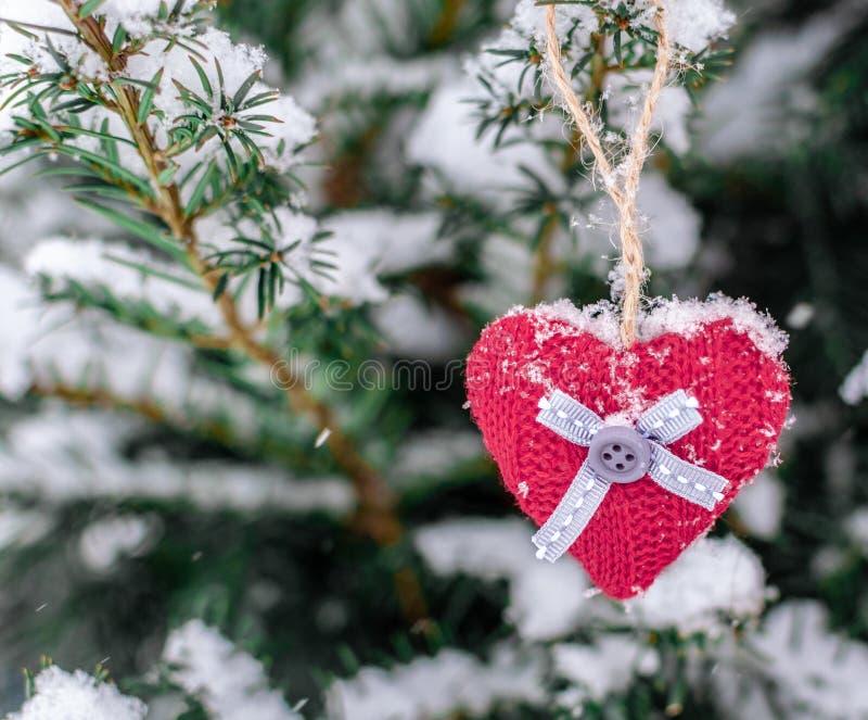 Πλεκτή ένωση καρδιών σε έναν κλάδο Σύμβολο του εορτασμού αγάπης και ημέρας του βαλεντίνου καρδιά μόνη στοκ εικόνες
