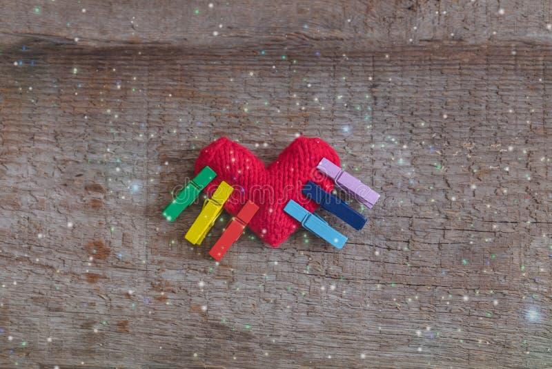Πλεκτό σύμβολο καρδιών LGBT ουράνιο τόξο της αγάπης στο ξύλινο υπόβαθρο, έννοια στοκ φωτογραφίες
