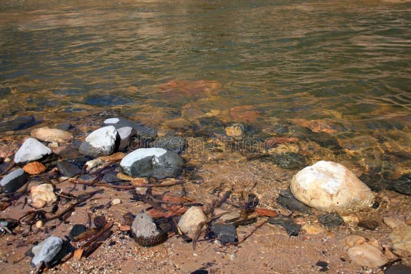 Πλευρά ποταμών με τις πέτρες ποταμών στοκ φωτογραφίες με δικαίωμα ελεύθερης χρήσης